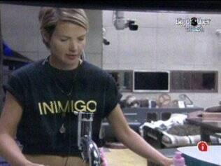 Diana reclama da camiseta com a inscrição