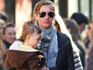 Gisele Bündchen carrega Benjamin: nome apareceu na lista dos 100 mais escolhidos para bebês nascidos ano passado