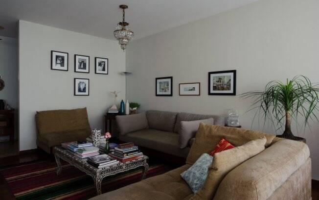 Cada peça do apartamento da estilista tem uma história para contar. É o caso do lustre Baccarat, da década de 50, que Emanuelle pegou emprestado de sua mãe