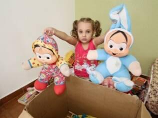 Gabriela coloca brinquedos na caixa de doação: tradição instituída pela mãe ensina a praticar o desapego