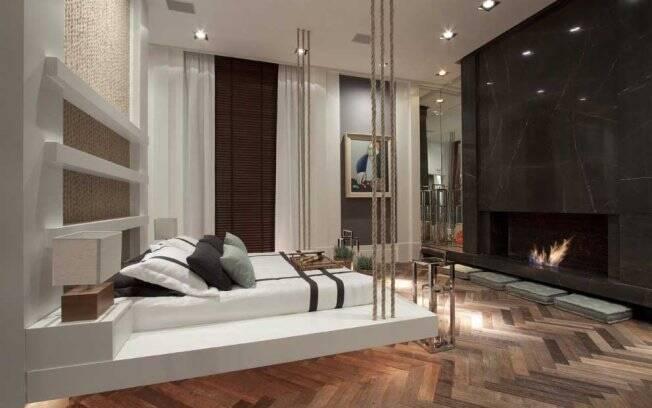 As arquitetas Andrea Teixeira e Fernanda Negrelli utilizaram o futon no chão, em frente a lareira