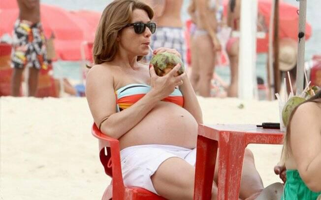 Letícia Spiller se refresca com uma água de coco