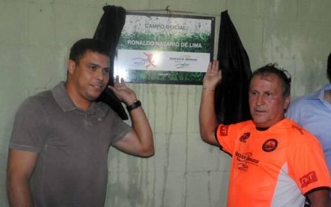 Ronaldo e Zico exibem com orgulho a placa que mostra a homenagem ao ex-atleta do Corinthians