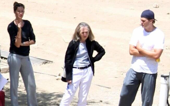 Gisele Bündchen e Tom Brady em frente à construção de residência temporária