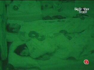 Maria e Wesley dividem a cama de casal