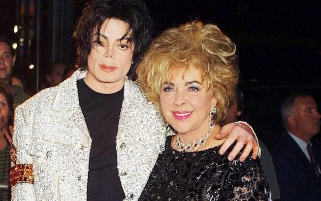 Elizabeth Taylor e Michael eram tão amigos, que a atriz era presença constante em Neverland, residência de Michael