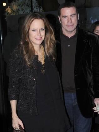Kelly Preston e John Travolta na primeira aparição pública dela desde o parto do filho