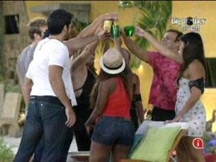 Brothers fazem um brinde a Paulinha e aos eliminados Diogo e Janaina