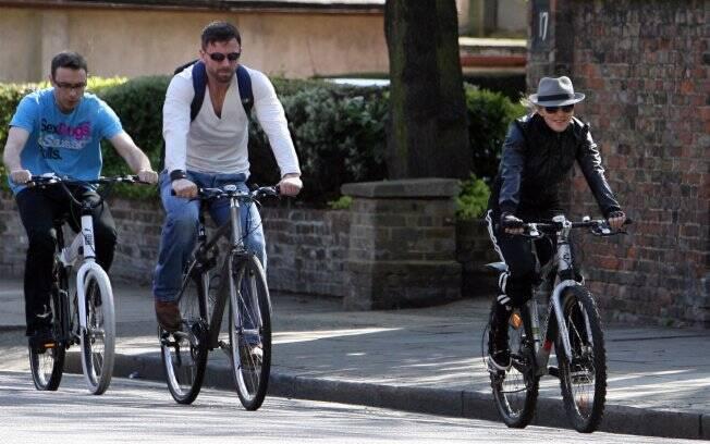 Madonna pedala tranquilamente pelas ruas de Londres