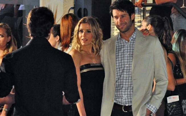 Natalie Lamour e Vicente chegam juntos à boate Barão da Gamboa