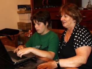 Donária pede ajuda ao neto para manter contato com a filha, Sylvia