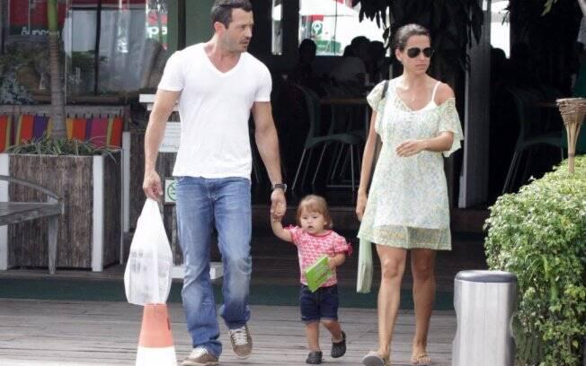 Malvino Salvador almoça com a filha Sofia e a mãe da criança, Ana