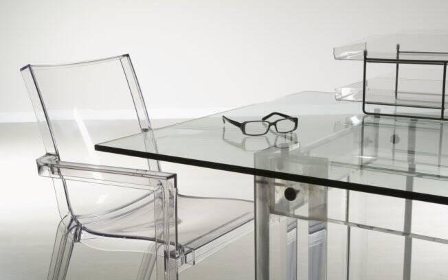 Utilize água morna para remover a gordura de mesas de centro ou de jantar. Em seguida, finalize o trabalho com um pano seco e limpo