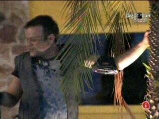 Como de costume durante as festas, Daniel dança com o coqueiro