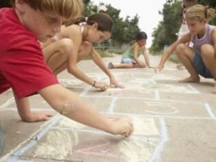 Brincadeiras que colocam o corpo em movimento melhoraram o rendimento das crianças