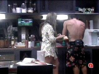 Natália e Cristiano preparam o almoço do Lado B