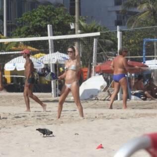 Letícia Birkheuer joga frescobol nas areias de Copacabana