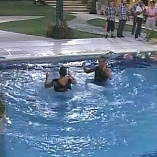Emparedados pulam na piscina