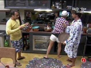 Daniel, Diana e Rodrigo preparam o almoço