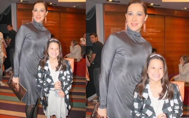 Claudia Raia e a filha Sophia na plateia do musical
