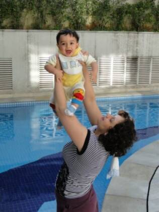 Fabiana compartilha alguns banhos com o filho Joaquim por ser mais prático