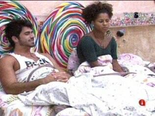 Rodrigão convida sisters para deitarem com ele na cama