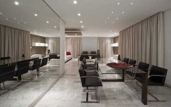 A resina epóxi é indicada para proteger e impermeabilizar pisos de pedra, como o mármore
