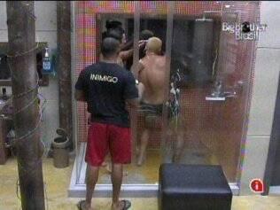 Cris e Diogo tomaram banhos juntos