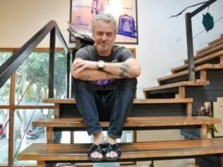 Mauro Freire em sua segunda casa. O salão reúne objetos de arte, boas revistas e divãs