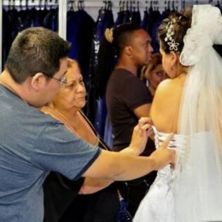 Marcel arruma o vestido de Juliana, sua noiva