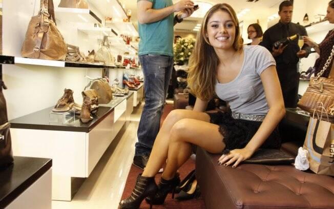 Sophie Charlotte experimentando sandália