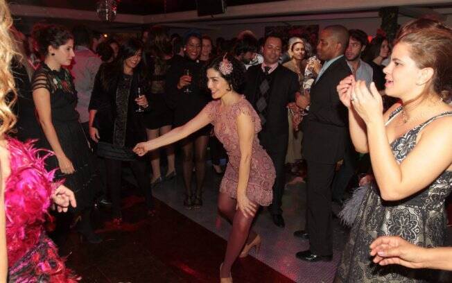 Solteira há duas semanas, Letícia Sabatella  não parou de dançar um só minuto
