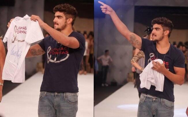Na hora de jogar a camiseta, Caio Castro deixa cueca à mostra