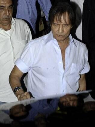 Roberto Carlos deixa igreja onde foi celebrada a missa de sétimo dia de morte de Ana Paula