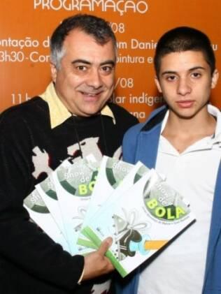 Jonas, ao lado do pai, na Bienal do livro: inseguranças normais à adolescência