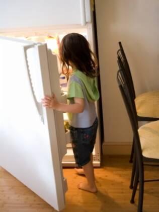 Você acha que não pode abrir a geladeira descalço?