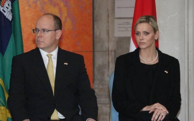 Charlene Wittstock acompanhando o futuro marido, o Príncipe Albert II, em um dos eventos da realeza