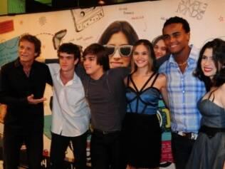 Marcello Novaes posa com os atores do filme