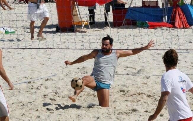 Com novo visual, Thierry Figueira joga futevolêi na praia do Leblon, no Rio