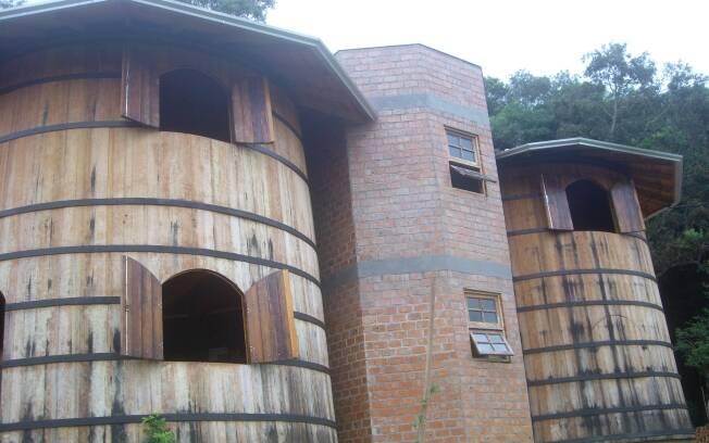 Desde abril de 2010, a família está morando em duas pipas de vinho, compradas em Nova Roma do Sul (RS)