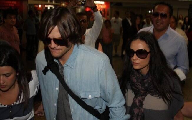 Ashton Kutcher e Demi Moore no aeroporto de Guarulhos, em São Paulo
