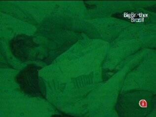 O casal dorme juntinho