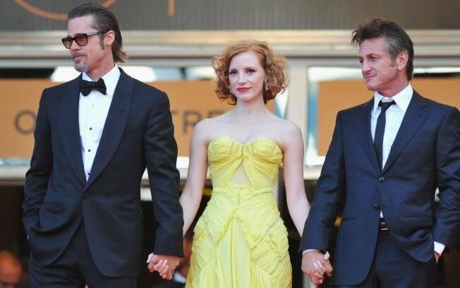 Brad Pitt fez duas entradas no red carpet: primeiro com os colegas do elenco Jessica Chastain e Sean Penn...