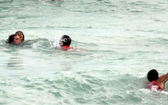 O cantor Felipe Dylon chega antes dos salva-vidas para ajudar a menina