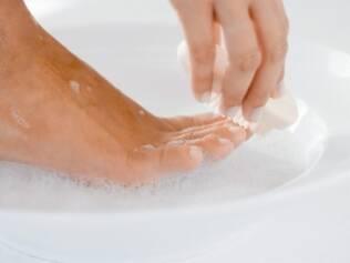 Pés: lavar com água e sabão é medida preventiva e de controle de infecções