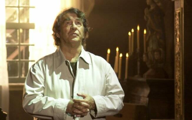 Albieri (Juca de Oliveira), o cientista que realiza a clonagem humana em