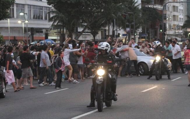 Paul McCartney precisa da ajuda da polícia para andar com carro nas ruas do Rio de Janeiro