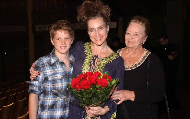 Letícia Spiller recebe o carinho da família