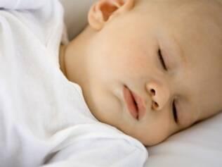Quantidade de sonecas e de horas de sono influencia no crescimento do bebê