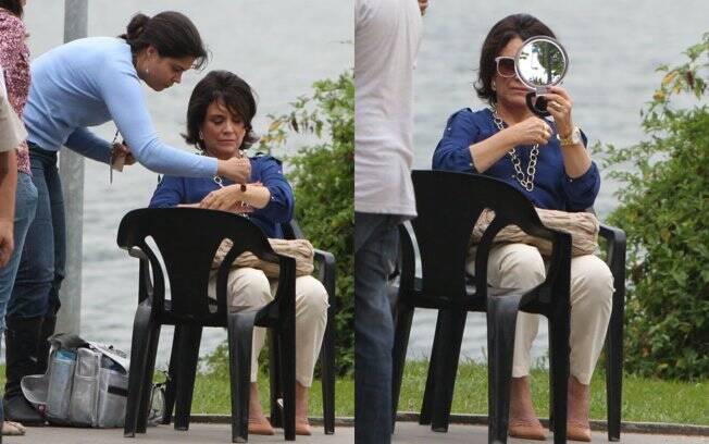 Regina Duarte retoca a maquiagem de sua personagem...